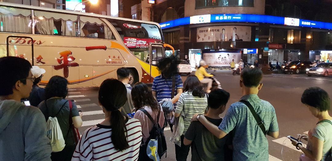 台南市市區裡走在路上就能看到低著頭的寶可夢玩家。記者修瑞瑩/攝影