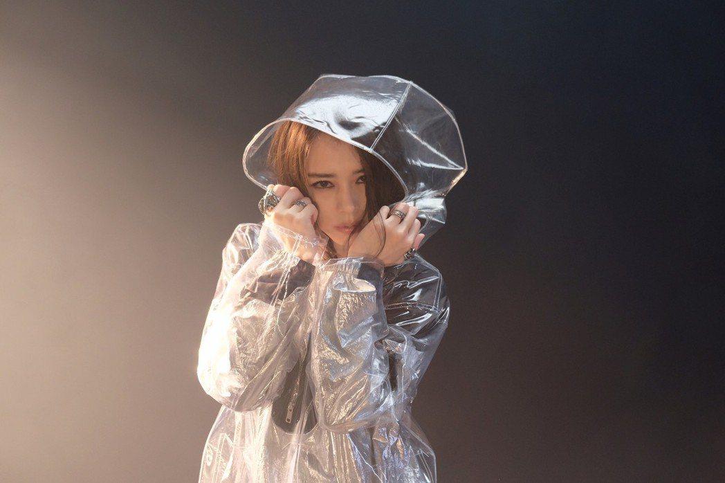 徐若瑄推出新歌「不值得」。圖/滾石提供
