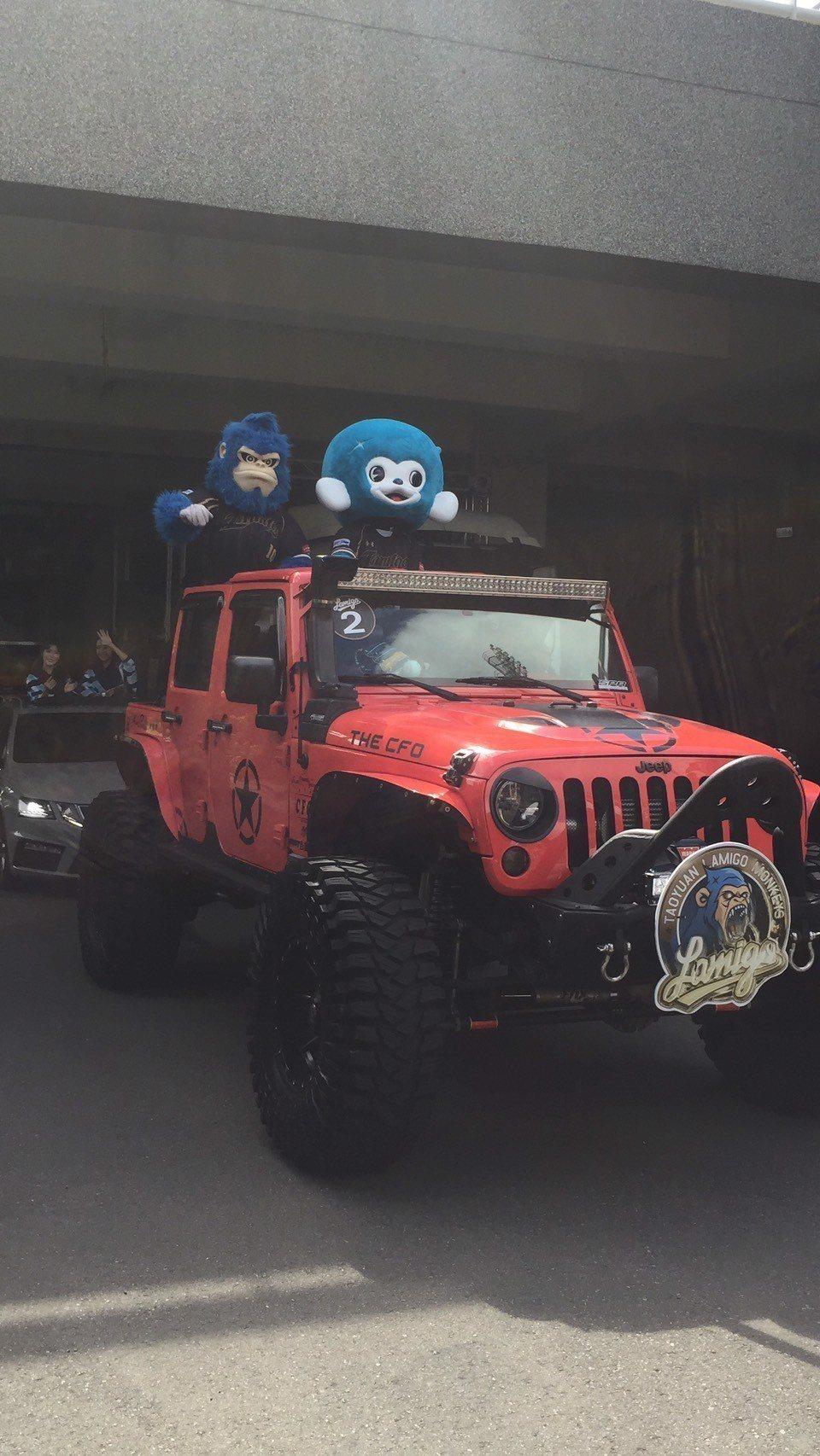 猿隊封王遊行車隊從桃園棒球場出發。記者/吳敏欣攝影