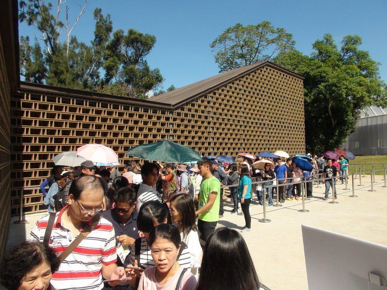 台中 花 博 開幕 第二天, 吸引 許多 遊客 入園 觀賞, 各 展館 都 出現 排隊 人 龍. 記者 余 采 瀅 / 攝影