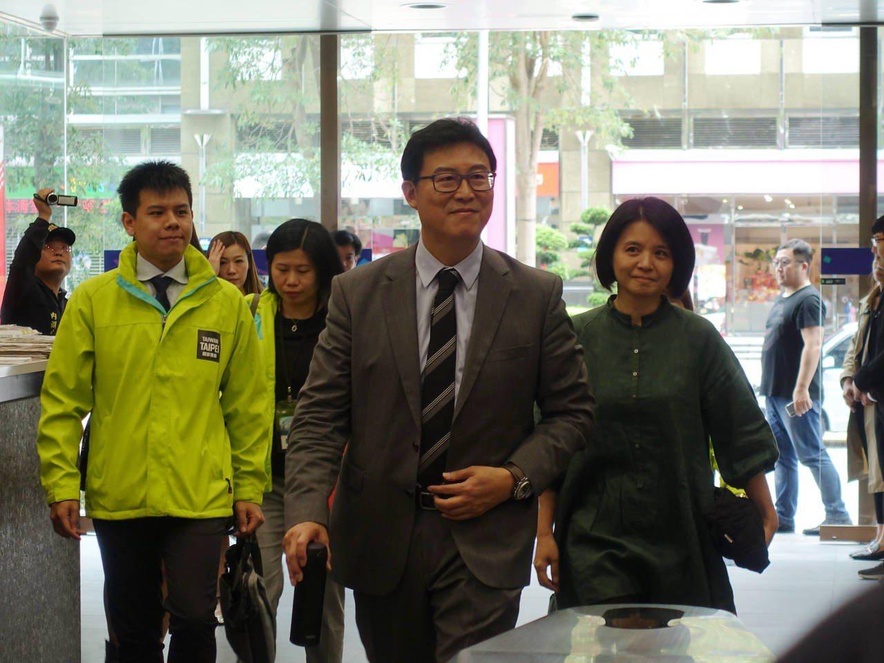 民進黨台北市長候選人姚文智和太太潘瓊琪。記者邱瓊玉/攝影