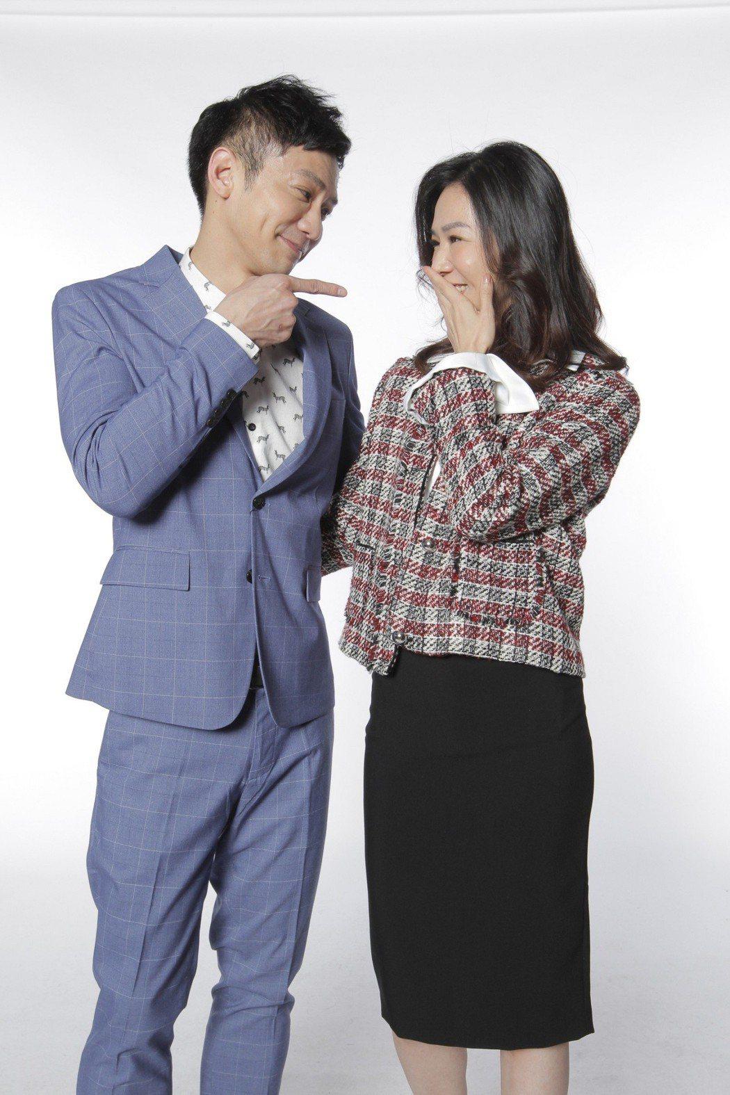 謝盈萱(右)與鄒承恩演一對貌合神離的夫妻,拍攝宣傳照時卻露出甜蜜神情。圖/歐銻銻...