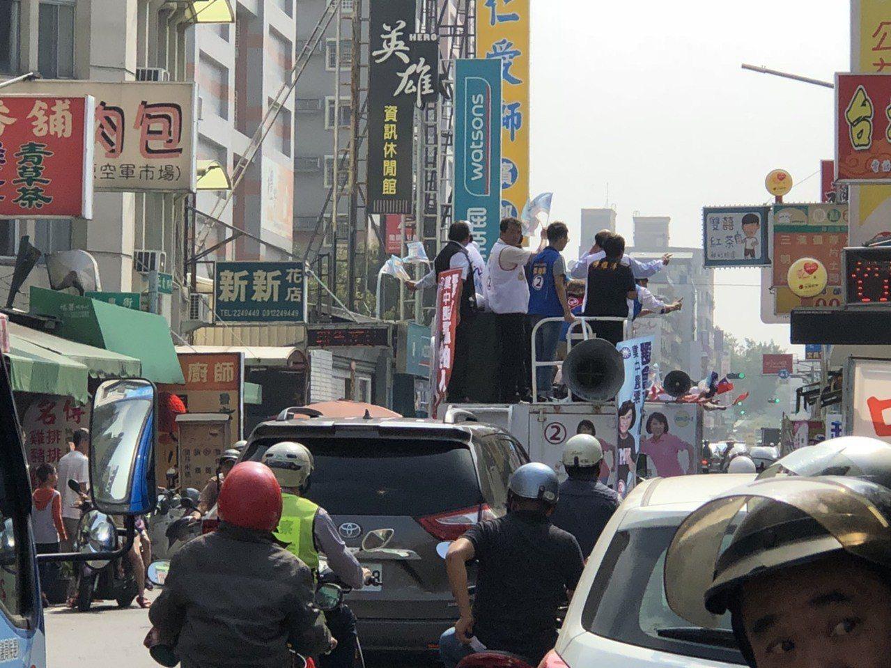 賴清德一行人在仁愛路一帶掃街時,新北市長朱立倫、國民黨嘉義市長候選人的車隊也經過...