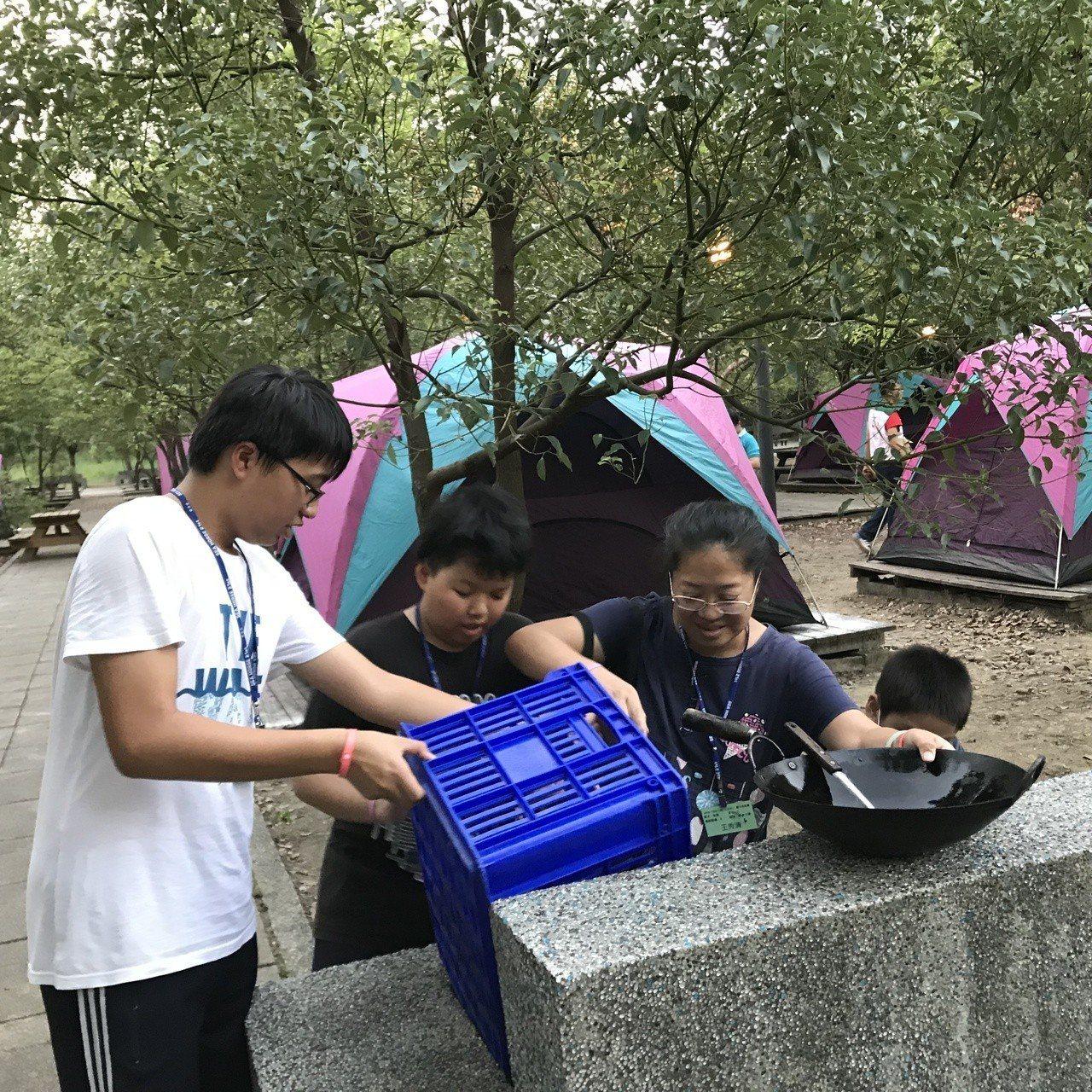 北台南家扶中心安排兩天一夜露營活動,透過一起野炊等全心陪伴,親子關係更接近。圖/...