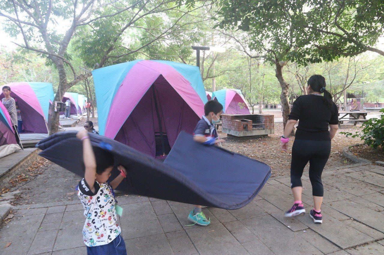 北台南家扶中心安排兩天一夜露營活動,透過一起搭帳棚、野炊等全心陪伴,親子關係更接...