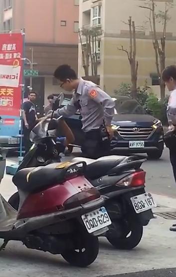 一位民眾在臉書上PO出一段影片,指高雄市有警察當眾打一位坐在地上的流浪漢,不僅打...