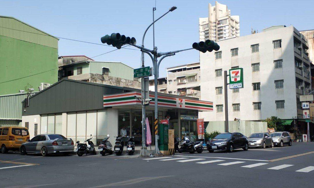 超商店員表示,陳姓男子常在店內買完酒坐在外面喝,喝醉了就朝著路邊民眾亂罵。記者張...