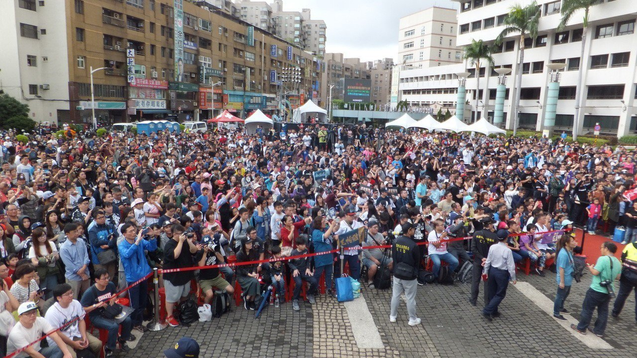 桃園市政府前廣場湧進上千人,迎接猿隊教練、球員。記者藍宗標/攝影