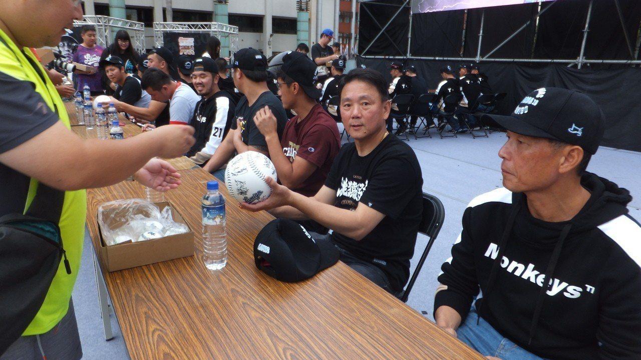猿隊結束封王遊行後,總教練洪一中為球迷簽名。記者藍宗標/攝影