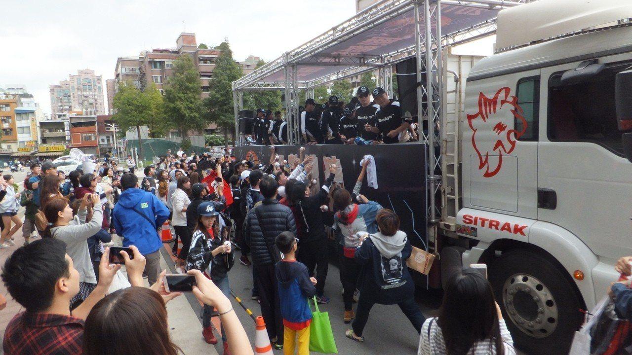猿隊抵達桃園市政府前廣場,受到熱情球迷支持。記者藍宗標/攝影
