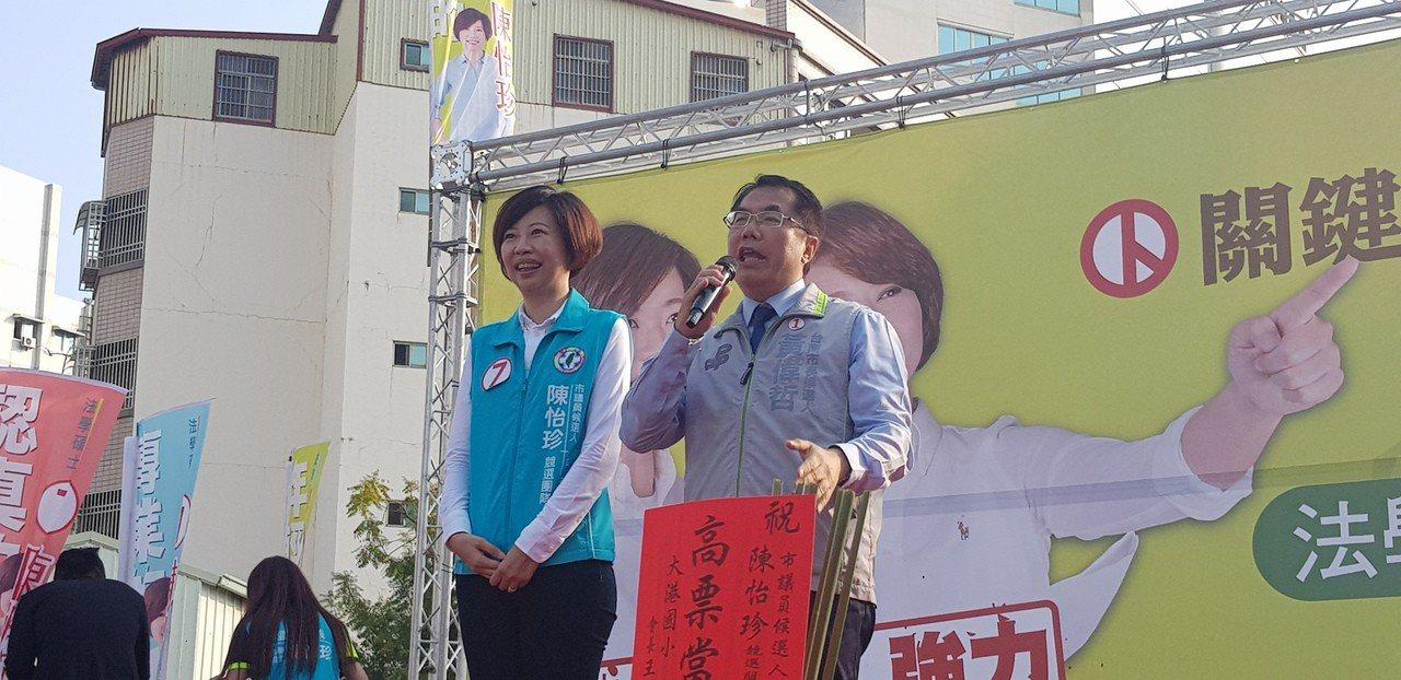 民進黨市長候選人黃偉哲(右)下午為陳怡珍站台。記者修瑞瑩╱攝影