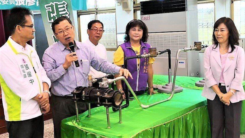 台中市南屯區保安一街一帶的自來水管線將更換和日本同級的金屬管線,董事長郭俊銘並親...