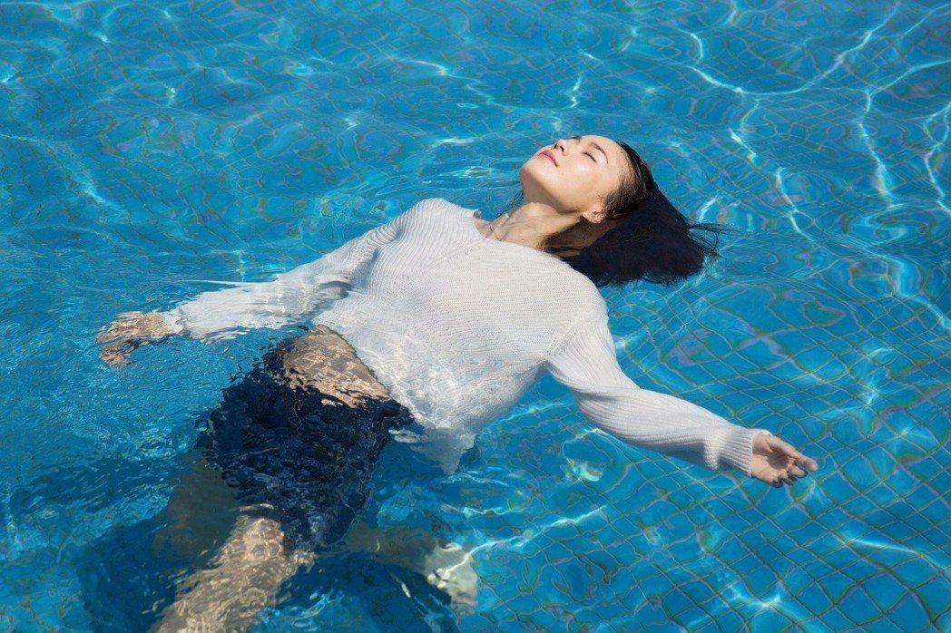 鍾瑶為新戲「艾蜜麗的五件事」拍攝水中形象照。圖/東森提供
