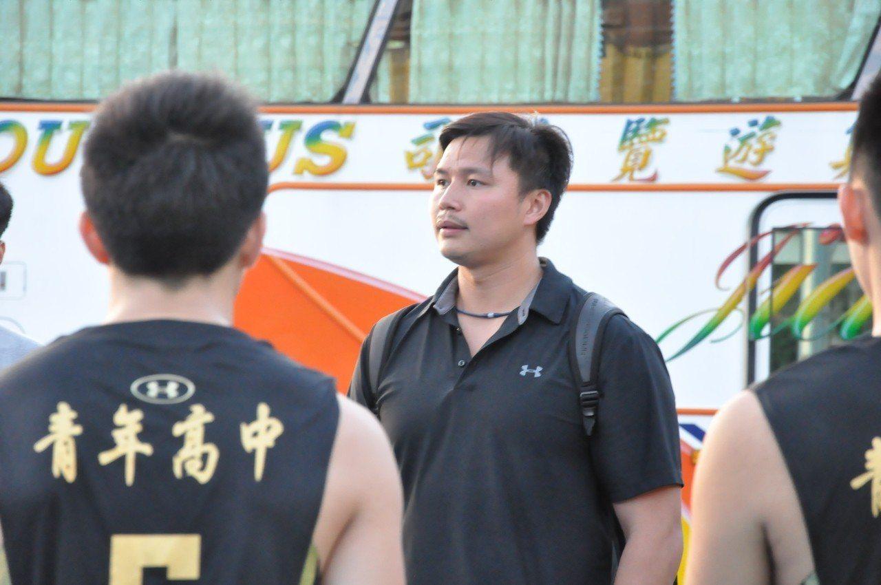 青年高中教頭鄧安誠賽後開罵。記者曾思儒/攝影