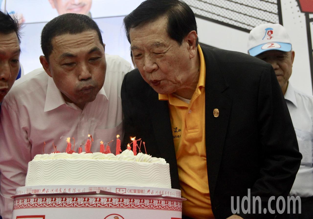 侯友宜(左)市民總部今天也幫李昌鈺(右)提前慶祝80歲生日,李昌鈺邀大家一起幫他...