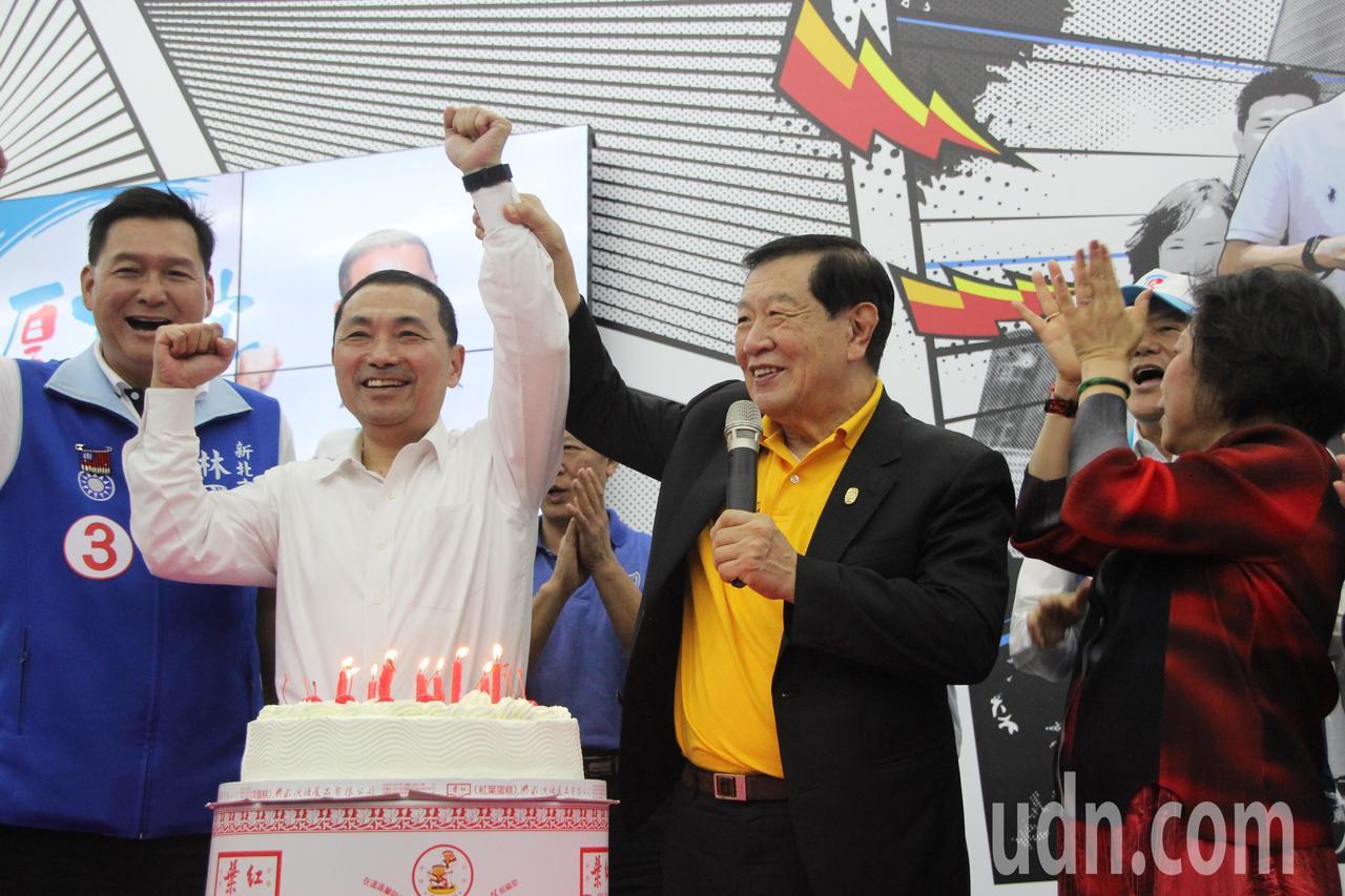 侯友宜(左2)市民總部今天也幫李昌鈺(右2)提前慶祝80歲生日。記者魏翊庭/攝影