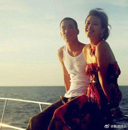 徐靜蕾(右)和黃立行愛情長跑9年。圖/摘自微博
