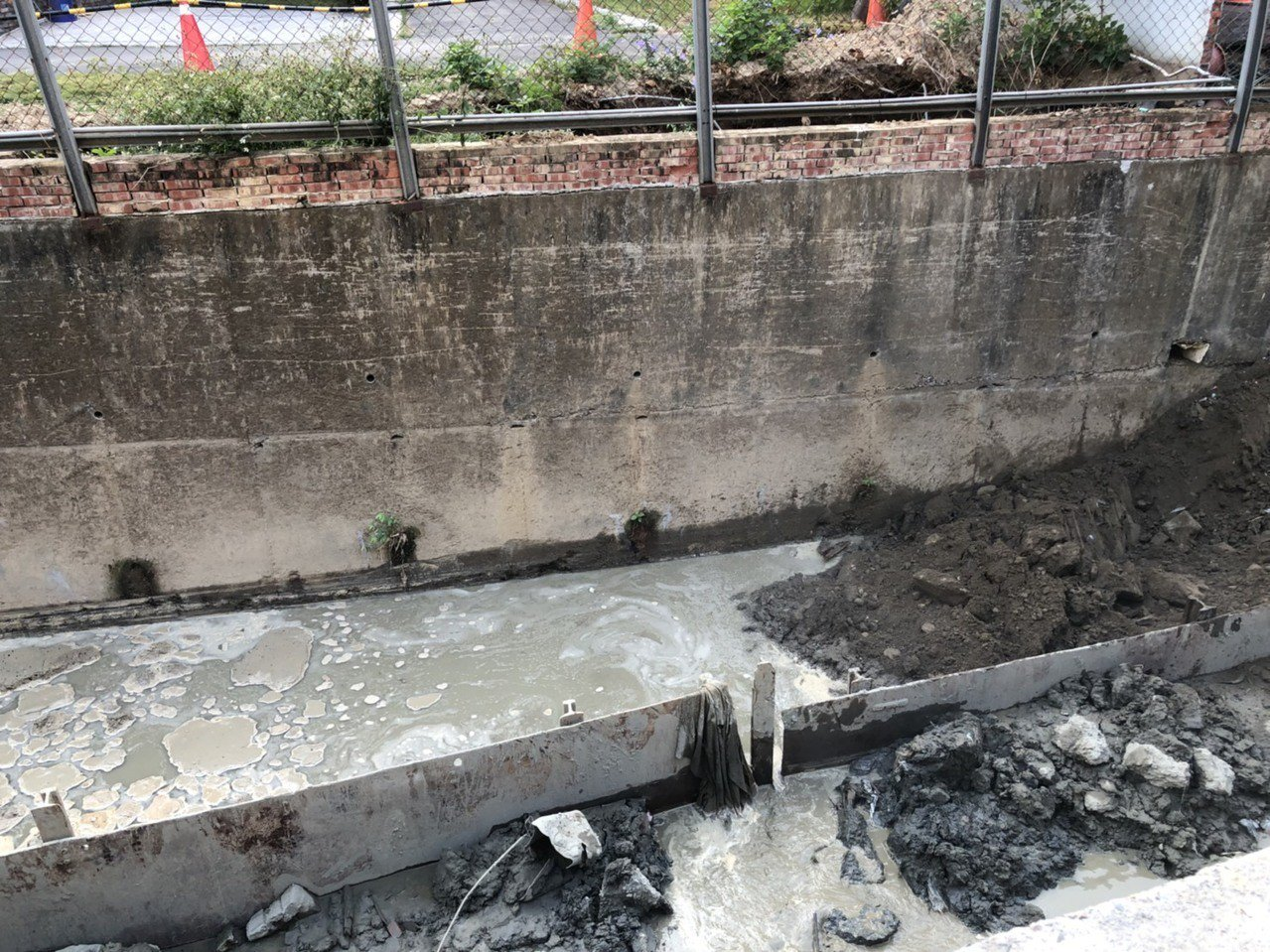 嘉義市政府工務處在新生路一帶做北排工程清淤,準備後續的護岸工程,疑因開挖時地下水...