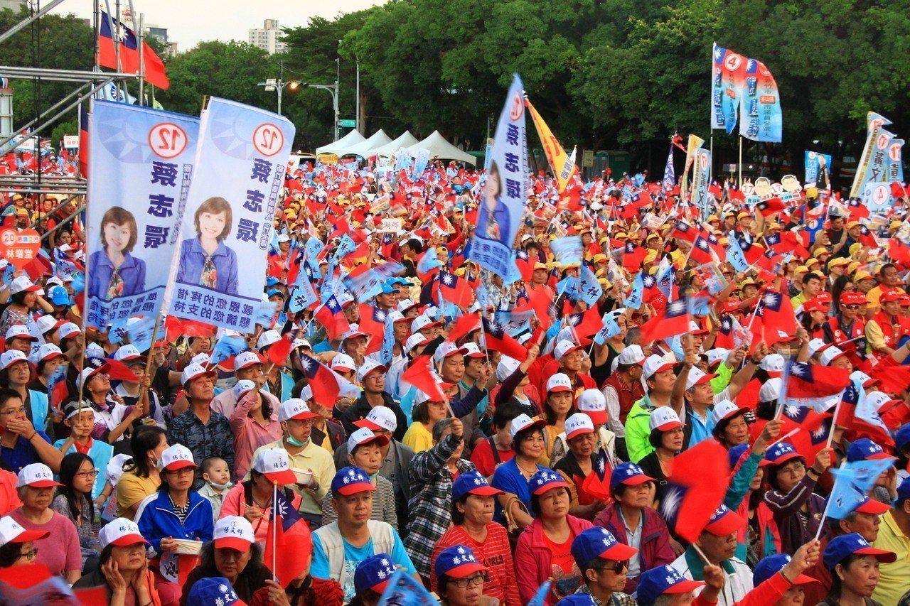 國民黨今天晚間進行桃竹竹苗大會師,呼籲民眾團結同心、攜手投藍,現場湧入許多民眾。...