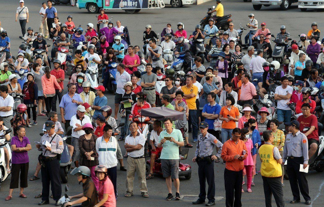 蔡英文總統到高雄林園廣應廟參拜,場外擠滿支持群眾。記者劉學聖/攝影