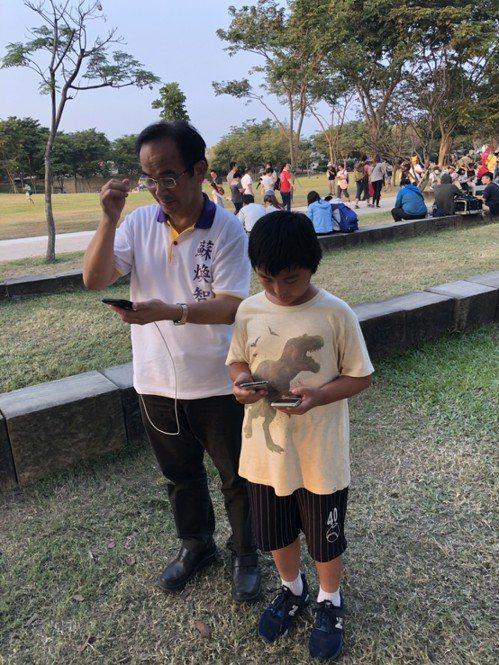 無黨籍台南市長候選人蘇煥智(左)今天也前往奇美博物館,與民眾一起體驗寶可夢抓寶熱...