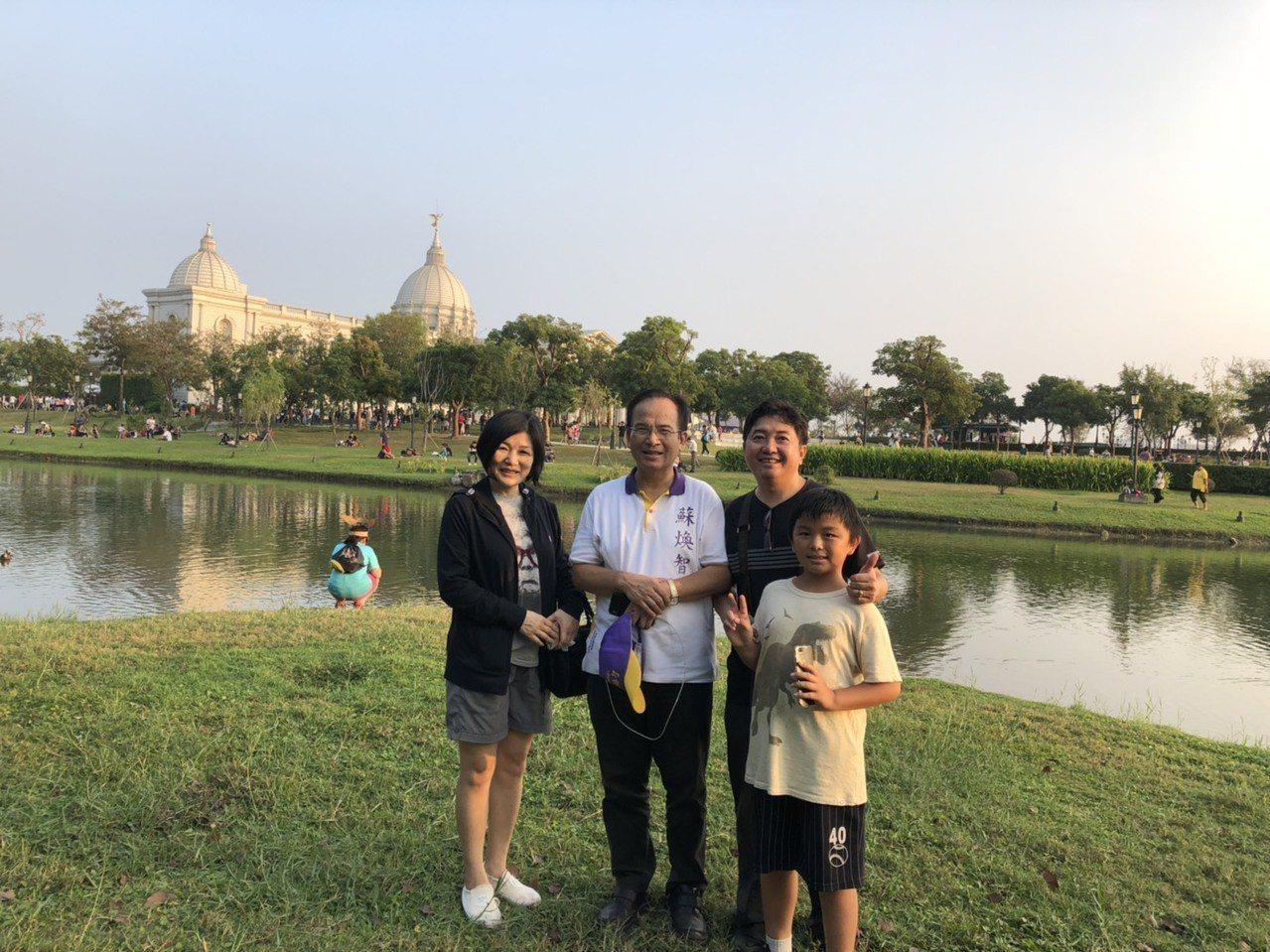 無黨籍台南市長候選人蘇煥智(左二)今天也前往奇美博物館與民眾一起體驗寶可夢抓寶熱...