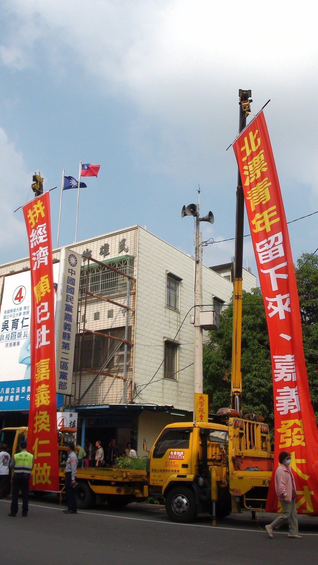 反對強制淘汰老車人士出動吊車掛巨幅布條助選。記者謝恩得/攝影