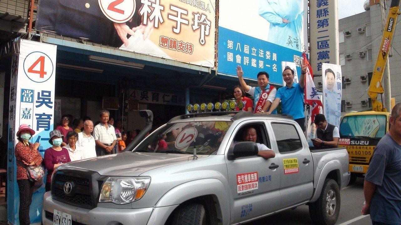 吳育仁今天的車隊遊行的座車,是由反對強制淘汰老車人士出車協助。記者謝恩得/攝影