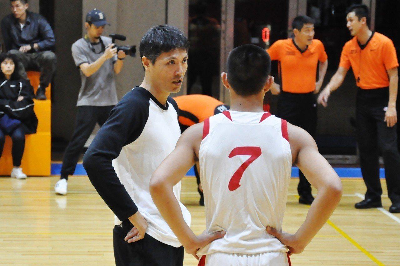 宜中教練林德齊(左)暫停時間和球員叮嚀。記者曾思儒/攝影