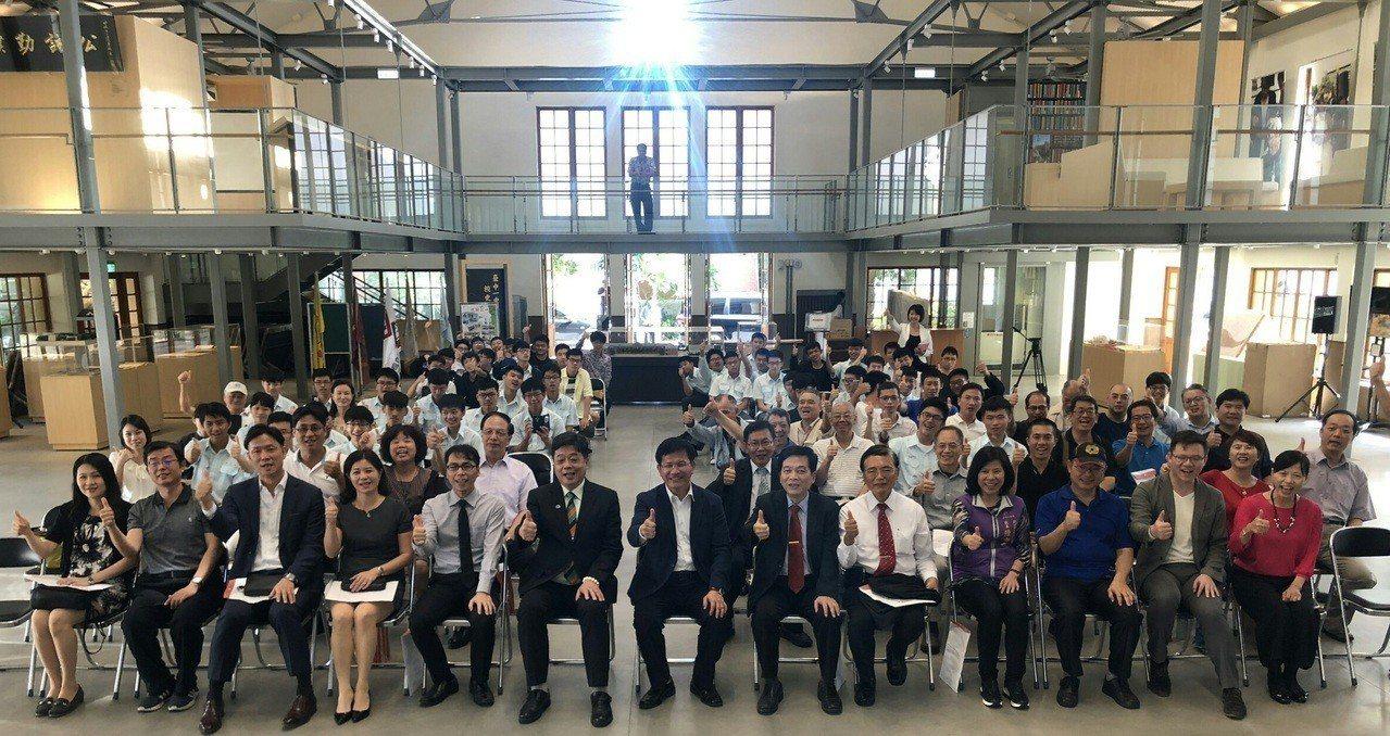 台中市長林佳龍(前排中)參加台中一中校友會,承諾重紅樓並改建莊敬樓。圖/台中市教...