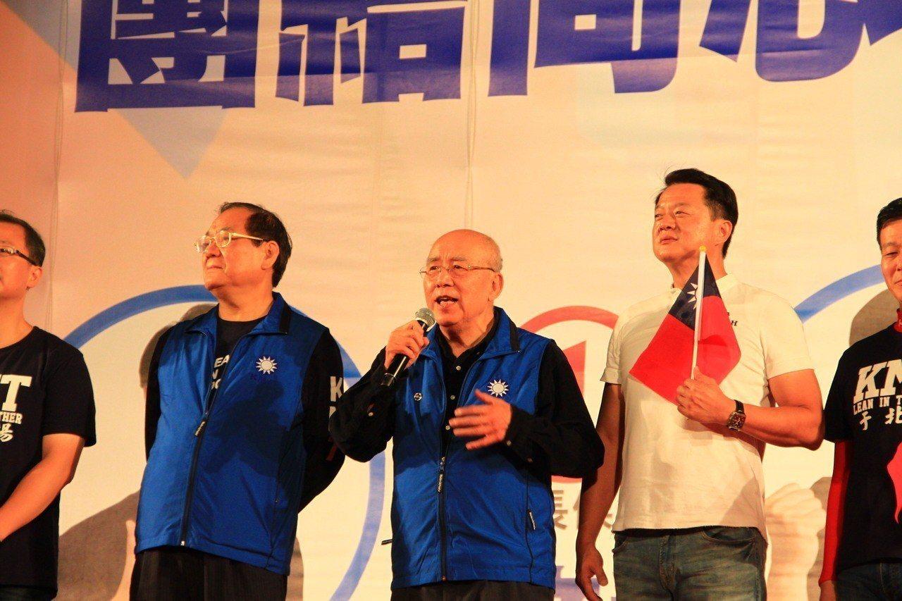 國民黨前主席吳伯雄上台致詞時,提到以前民進黨在高雄的選戰,指出這是對蔡英文執政3...