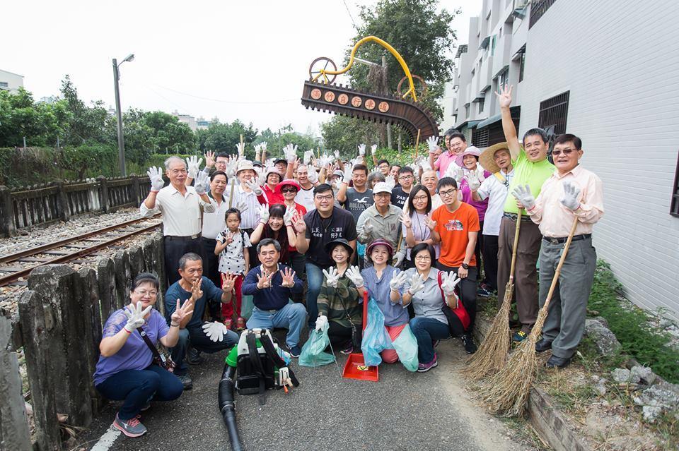 何子凡邀請鄉親們一起打掃竹崎鄉滿竹自行車道。記者謝恩得/翻攝