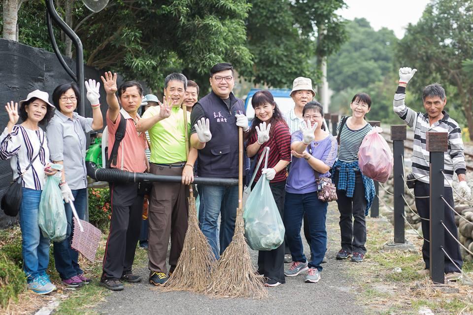 何子凡(左五)表示服務處懇辭花圈花籃賀禮,希望支持他的鄉親們,將這份心意轉化為支...
