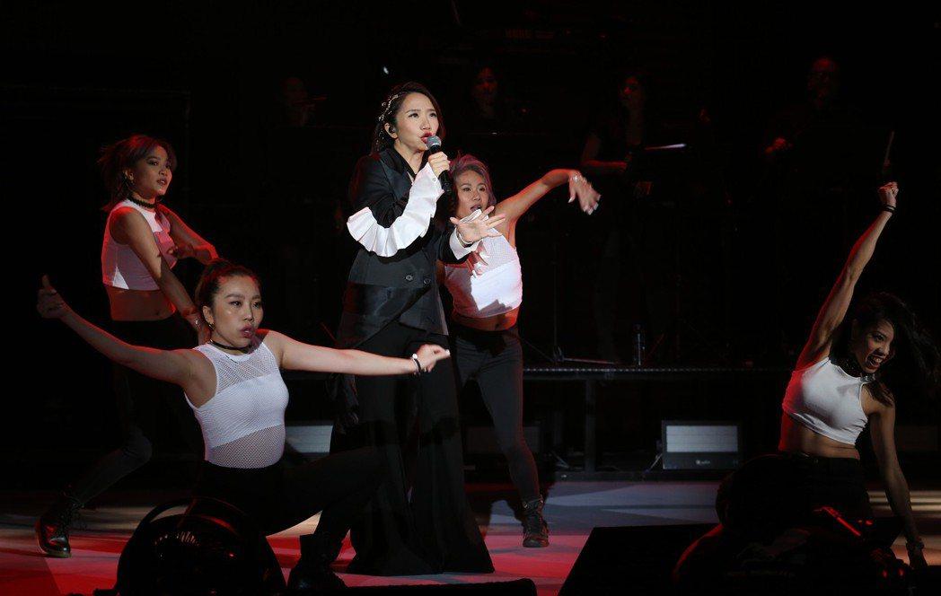 陶晶瑩(中)唱跳「姊姊妹妹站起來」。記者許正宏/攝影