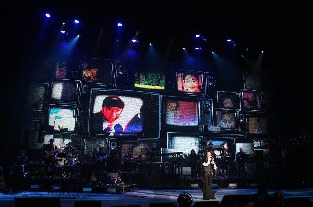 陶晶瑩連唱2天,LED螢幕輪播過去的模樣。記者許正宏/攝影