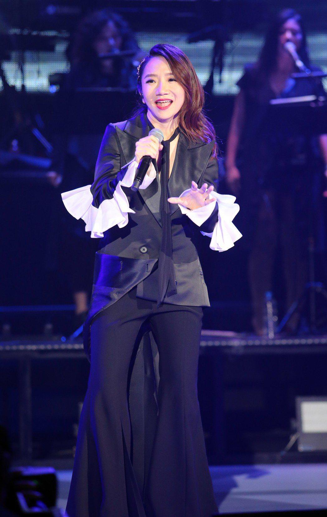 陶晶瑩穿著褲裝揭開演唱會序幕。記者許正宏/攝影