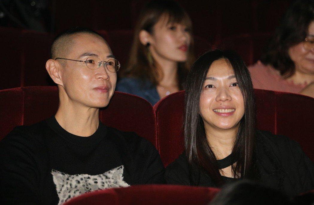 藝人陶晶瑩昨晚舉辦首場大型售票演唱會進入第二天,歌手萬芳(右)也來現場聆聽。記者...