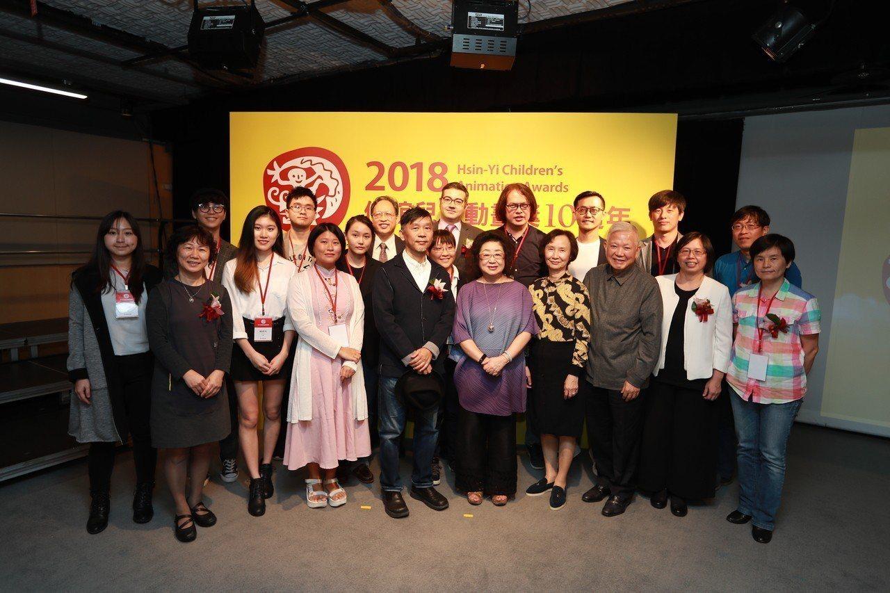 第十屆信誼兒童動畫獎全體頒獎者及得獎者合影。圖/信誼基金會提供
