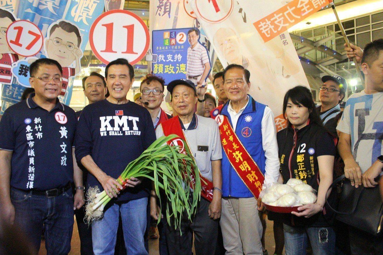 前總統馬英九陪同新竹市長候選人許明財在新竹街頭掃街拜票。記者張雅婷/攝影