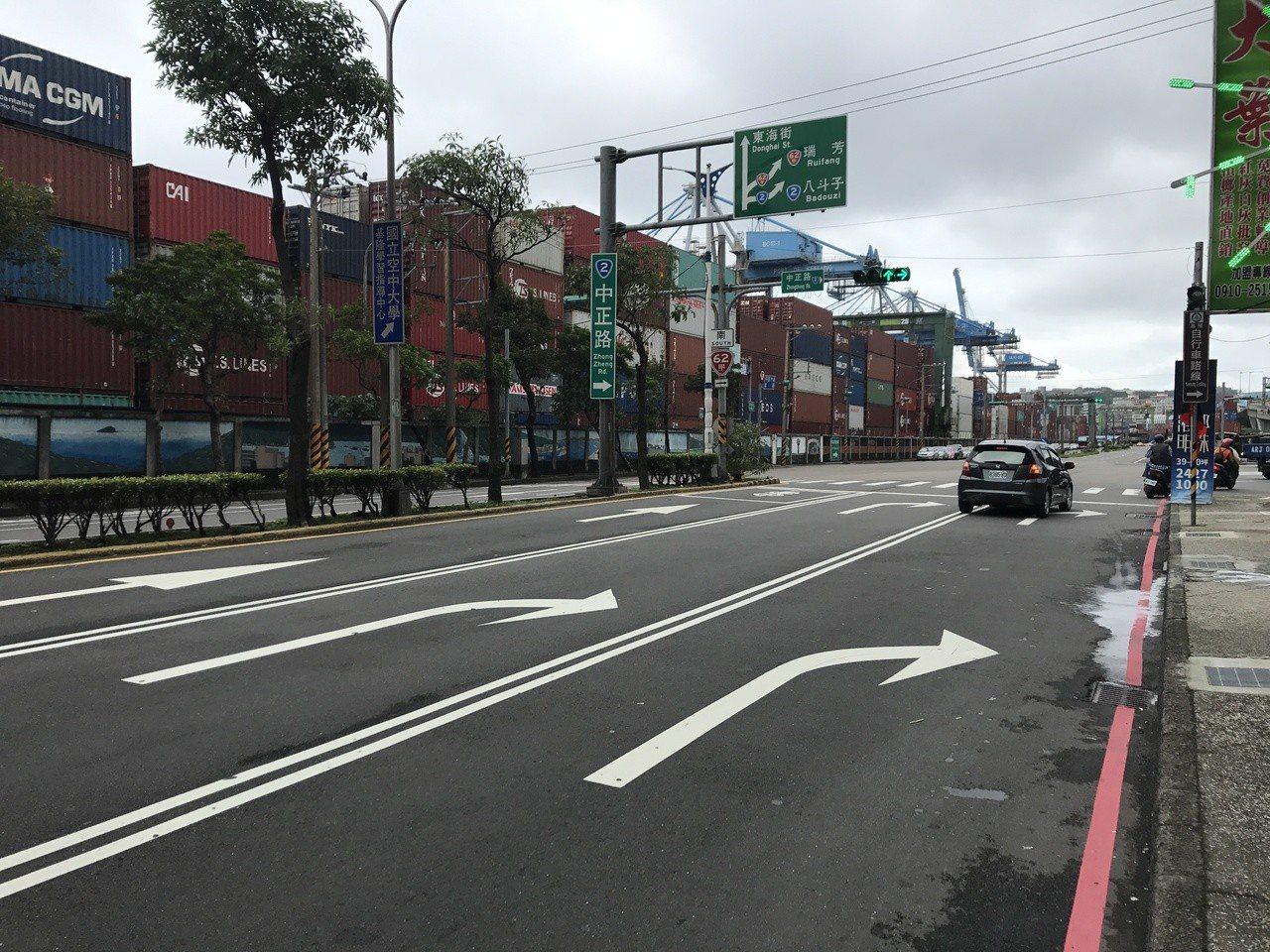 基隆市府交旅處長李綱說,中正路中外線都可以右轉八斗子,但禁止車輛在這個路口切換車...
