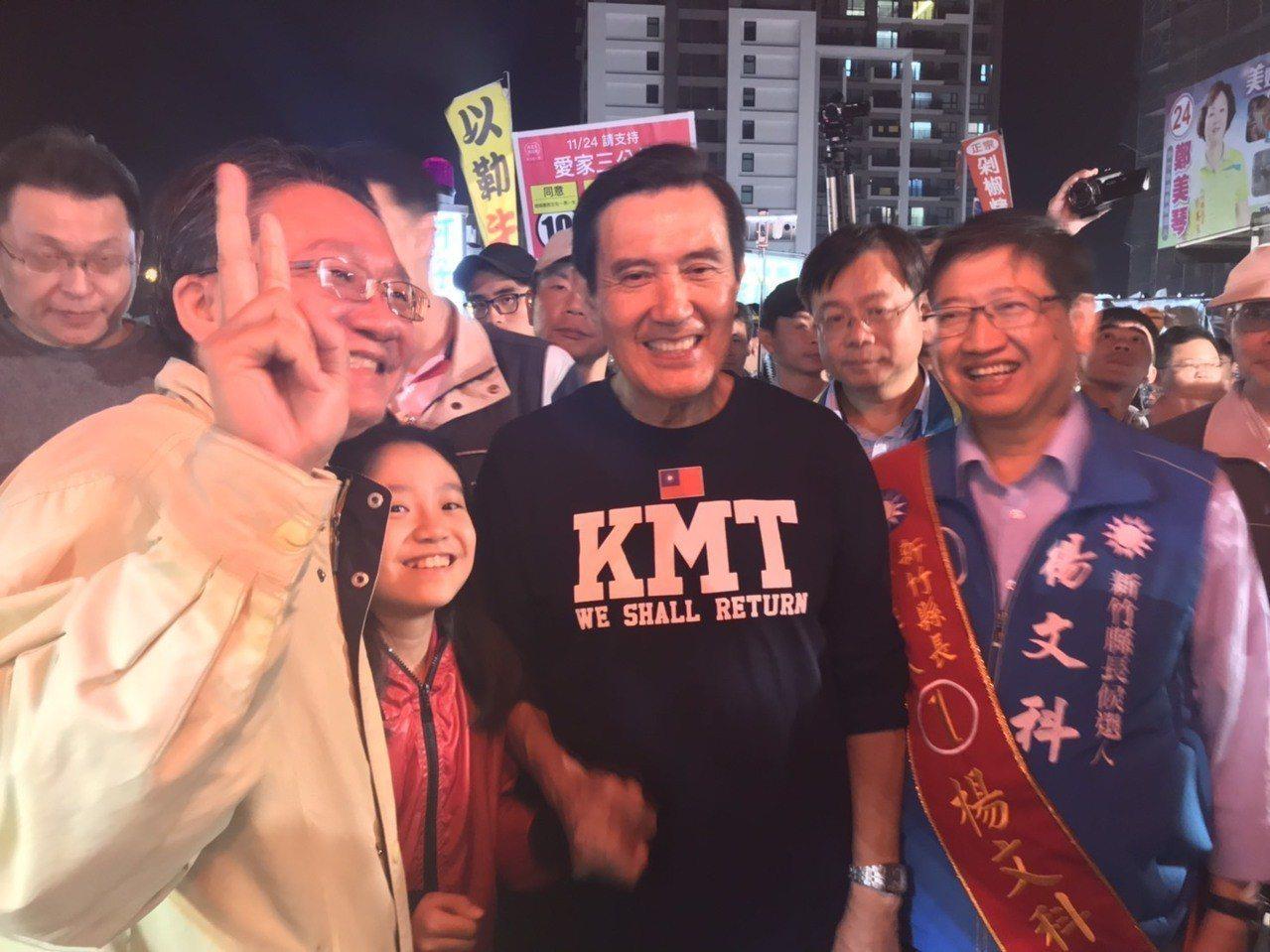 前總統馬英九今天被民眾層層包圍,親自與民眾、攤販們握手懇託。記者郭政芬/攝影