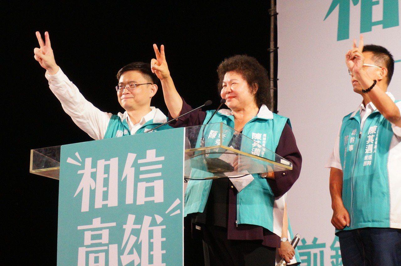 陳菊(中)比出陳其邁的2號催票。記者林伯驊/攝影