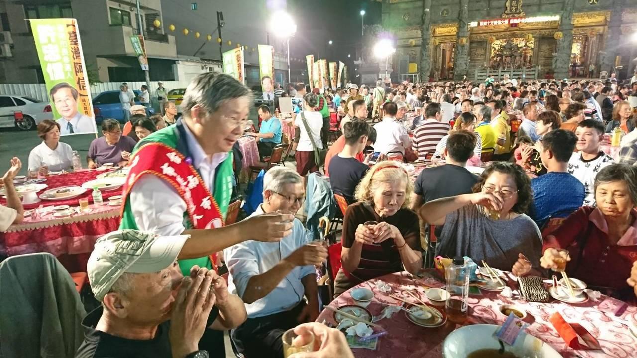 無黨籍台南市長候選人許忠信晚間舉辦募款餐會,席開80桌,場面熱鬧。圖/許忠信服務...