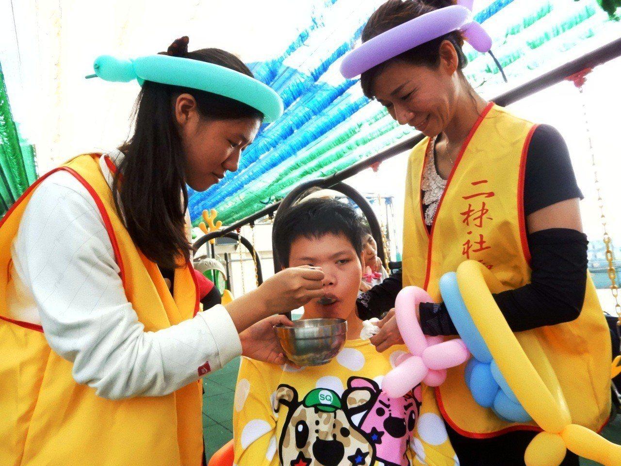二林社大、儒林獅子會和慈暉愛心慈善會的志工帶來好吃的點心,協助餵食無法自理的二林...