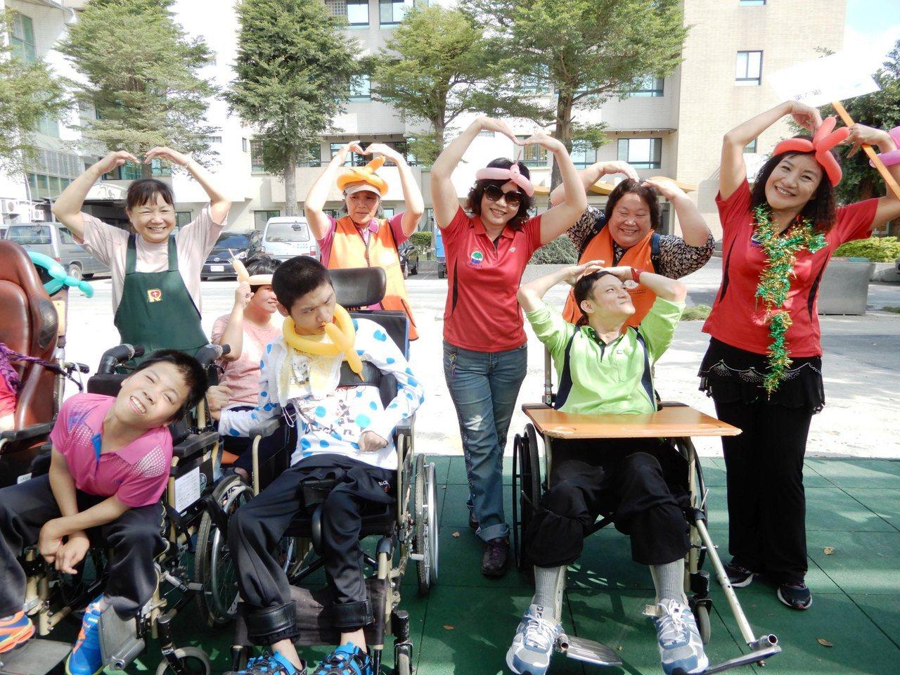 二林社大、儒林獅子會和慈暉愛心慈善會的志工今天到二林喜樂保育院,陪伴一百多名喜憨...