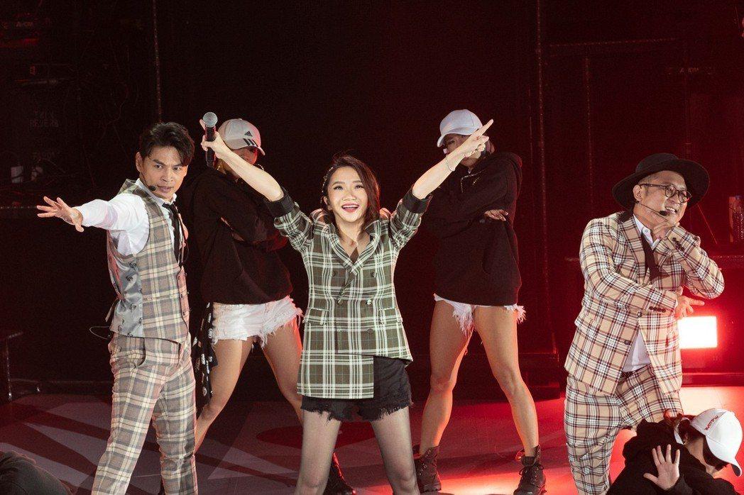 陶晶瑩(中)邀請阿Ken(左)、納豆互尬舞技。圖/JUSTLIVE  就是現場提...