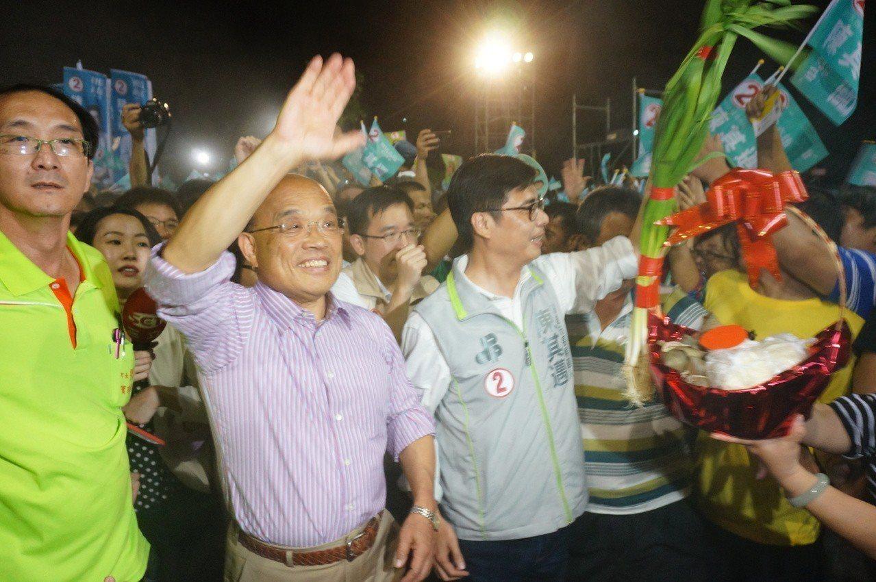 民進黨新北市長候選人蘇貞昌(左二起)與陳其邁今晚一同進場。記者林伯驊/攝影