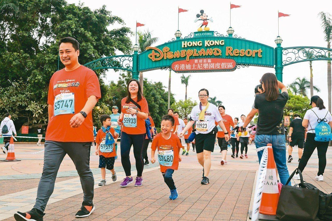 第三屆「香港迪士尼樂園10K Weekend 2018」路跑活動4日舉行,參加者...
