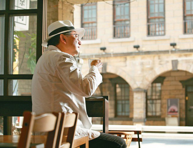 李清志喜歡在咖啡店沈思,一邊欣賞台北撫臺街洋樓。 林澔一/攝影
