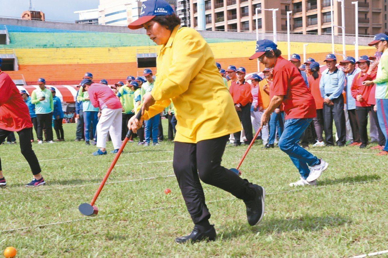 新北長青趣味運動大會昨登場,長者大玩地面高爾夫球,努力拚佳績。 記者施鴻基/攝影